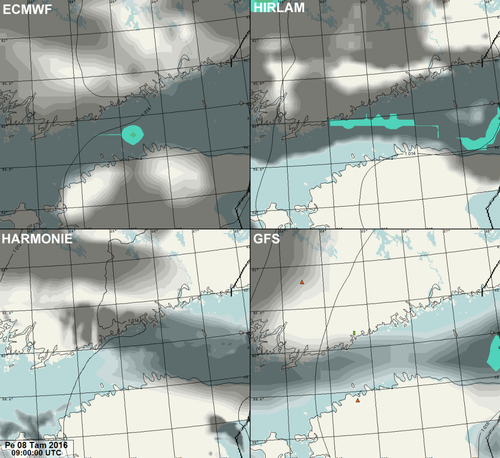 Neljän eri säämallin sade-ennusteet väreillä ja pilvisyys tummilla sävyillä.