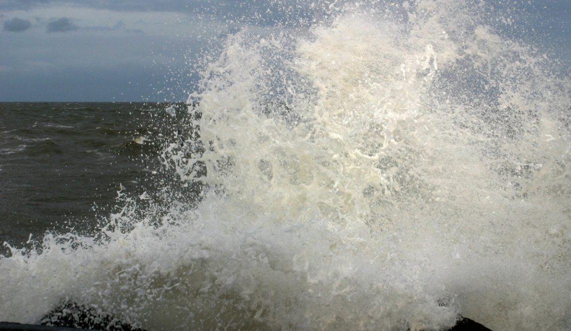 Myrskyävä meri ja aalto iskeytyy rantaan