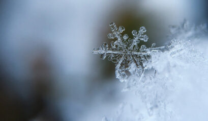 Lumihiutale lähikuvassa