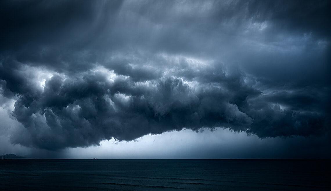 Miten keskileveysasteiden matalapaine voimistuu myrskyksi?